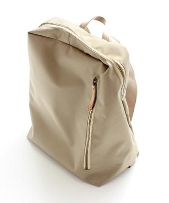 ファッションブランド「caph(カーフ)」がバッグブランド「POMTATA (ポンタタ)」とコラボして生まれたリュック。スクエア型でスタイリッシュなフォルムです。
