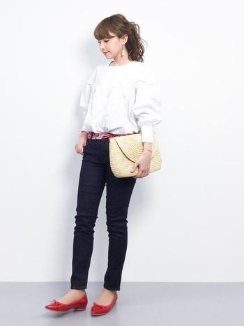 パッと目をひく赤のバレエシューズはベルトの色とリンクさせて。ふんわり袖のボリュームトップスには、スキニーデニムやスクラッチタイプのかごバッグを合わせてすっきりと。