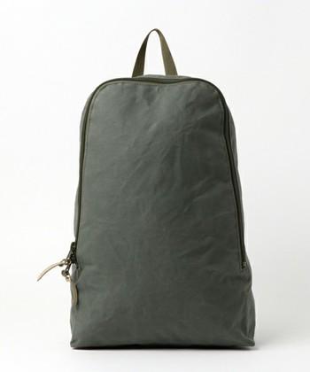 ロゴやポケットなどが全くない、とってもシンプルなデザイン。口が大きく開くので、荷物が取り出しやすくなっています。