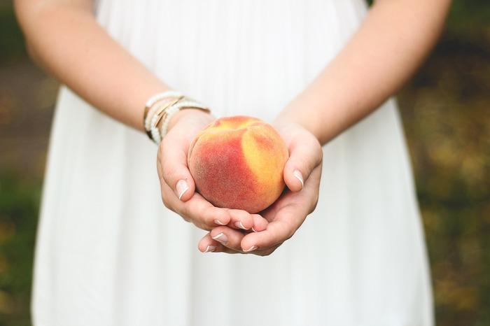 香り豊かな桃は、フルーツティーにぴったり。紅茶の代わりに、クセがなくノンカフェインで美容と健康にもいいルイボスティーを使うのも良いですね。輪切りのレモンとフレッシュの桃で、甘みと酸味をほどよくブレンド。お好みでピーチジュースを少し加えても◎