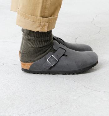 アッパーがつま先から甲まで覆う「ボストン」。一見、かかとのある靴に見えるけど、かかとのないサンダルタイプなので、夏には裸足でサンダルとして履き、秋・冬は、もこもこ靴下を合わせれば、一年中活躍してくれる一足になります。
