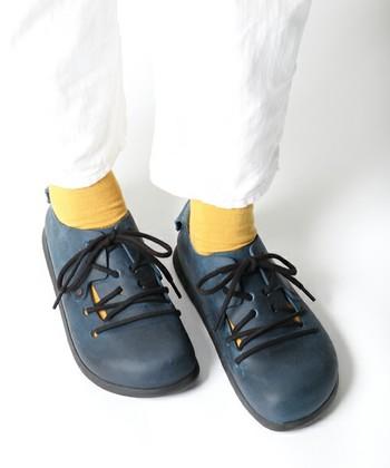 ビルケンシュトックならではのコロンとしたフォルムがもつかわいらしさと、紐靴のきちんと感がミックスされたデザインの「モンタナ」。紐靴の通し方が特徴的です。ビルケンシュトックの中でも、大定番のモデルのひとつで、豊富なカラーバリエーションが揃います。