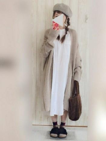 少女っぽさが漂うナチュラルコーデ。ベレー帽とロングカーディガンの色をリンクさせて。ソックスとあわせてビルケンシュトックの「チューリッヒ」で足元をまとめています。