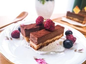 濃厚なチョコレートのチーズケーキ。ニューヨークチーズケーキみたいな長方形のカットにするとまた違った雰囲気が味わえますね。