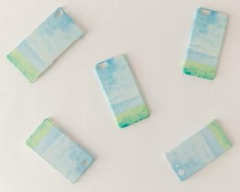「水色の、空」  水色に澄み渡った空をモチーフにデザインしたスマートフォンケースです。持っているだけで清々しい気分になれそうですね。