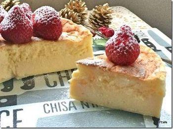 チーズケーキもガトーマジックなら美しい三層に…。雪化粧をしたいちごがクリスマスを演出してくれます。
