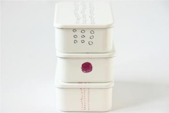 イラストレーターのMITSOUさんのイラストによるシンプルなほうろうのお弁当箱。