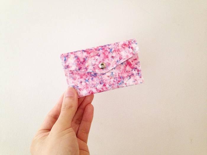 「カードケース 木漏れ日」  20枚ほどの名刺を収納できる封筒型のカードケースです。油絵に使われるキャンバスにプリントして、ひとつひとつ縫ったハンドメイド作品になります。