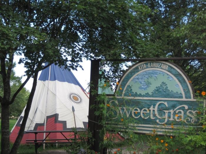 """3万坪の敷地の中には森あり大草原あり小川あり。四季折々に美しい自然が堪能できるのが""""北軽井沢スウィートグラス""""。 ノーマルテントサイトや草原広々テントサイトなどなど、沢山のサイトがあります。"""