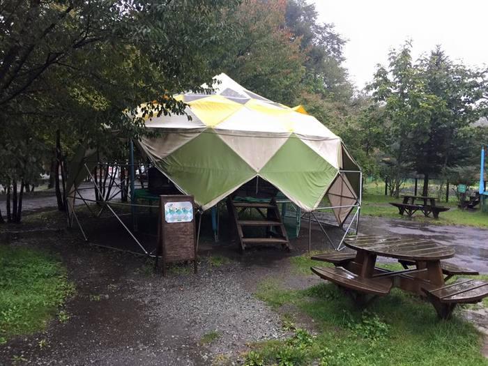 注目なのはキャンプ初心者や子供連れにうれしい「デビューサイト」があること。炊事場やフロントに近く、スペースも広め。テント設営に不安がある人におすすめです。