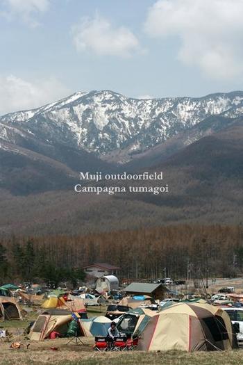 """清涼な空気と圧倒的な大自然をいっぱいに感じられる""""無印良品 カンパーニャ嬬恋キャンプ場""""。名前の通り、無印良品が手がけるキャンプ場で、標高は1,300mもあります。日本の名山に囲まれた絶好のロケーションで、雄大な風景を楽しめます。"""