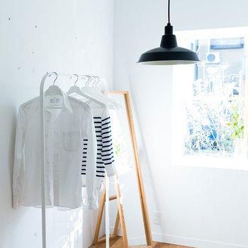 ひとり暮らしのお部屋にも。無機質になりがちなシンプルなお部屋も、ブラックのペンダントライトでアクセントを。