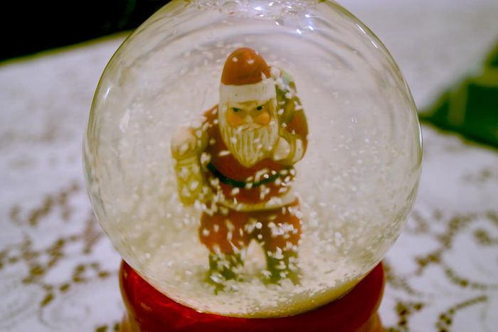 せっかくスノードームを手作りするなら、お店で売っているような、雪がひらひら舞うスノードームを作ってみたいですよね。そこで、おすすめなのが、アルコールの一種「グリセリン」です。