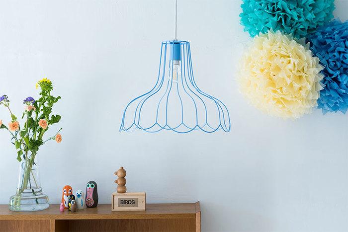 電球がむき出しのデザインが新鮮。青のシェードを選ぶと個性的な雰囲気になり、存在感あふれるお部屋に。
