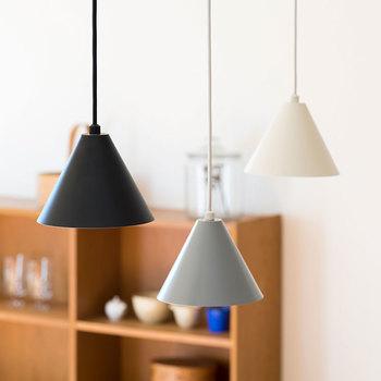 小ぶりでシンプルな色と形が特徴のペンダントライト「kolmio(コルミオ)」。 kolmioとはフィンランド語で三角形という意味。お部屋のインテリアをシンプルかつ美しく演出してくれる小さ目のサイズ感と、かわいい三角形の形状が特徴です。