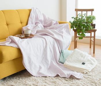 5枚のガーゼを重ね合わせた、通気性抜群のキルトケット。赤ちゃんや敏感肌の方まで使える、安心安全の日本製です。重なるガーゼの間に体温を溜め、寝冷えしにくい温かさと涼しさを保ってくれます。やさしい風が通るガーゼケットは、夏でもくるまりたくなる気持ちよさ。
