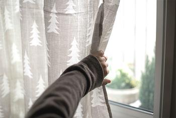 コットンを平織りにしたモスリンブランケットは、スウェーデンでは伝統的におくるみとして使われているとか。ごく薄手の柔らかなコットンが、赤ちゃんのデリケートなお肌を呼吸するようにふんわりと包み込みます。
