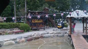 キャンプ・アンド・キャビンズでは、ハロウィンやクリスマスなどイベントも沢山開催しています。中央にあるじゃぶじゃぶ池も含めて、子どもも大人も楽しめる工夫が満載です。