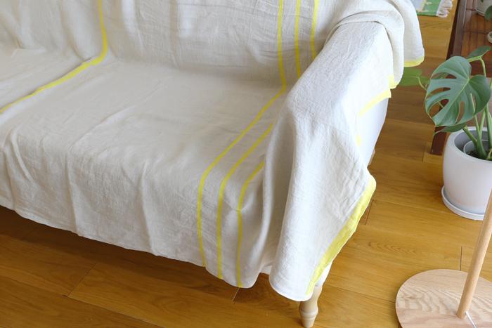 夏の間のソファカバーとして使うのもおすすめ。座った時に汗でべたついたりせず、さらりとした使い心地です。