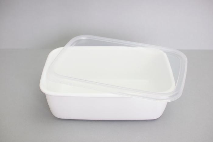 保存容器の定番、野田琺瑯のホワイトシリーズ。シール蓋つきは、食品の保存はもちろん、お弁当箱にもぴったり。こちらは、深型Mサイズ。