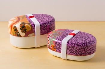 不飽和ポリエステル樹脂製のお弁当箱。印象的な柄は、ヨーロッパや日本のテキスタイルを貼った一点ものです。