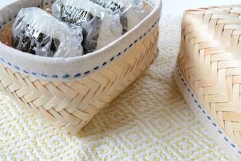 一見竹製? と思えるこちらのおにぎりかごは、香りの良いヒノキ製。縁のステッチもかわいい小ぶりのサイズです。
