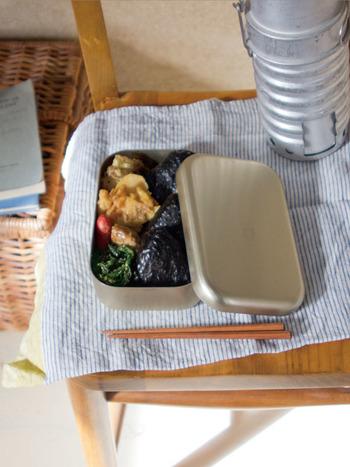 昔懐かしい雰囲気漂うアルマイトのお弁当箱。丸みを帯びたラインもかわいらしいお弁当箱です。