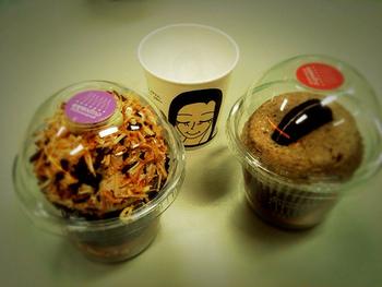 こんもりデコレーションのカップケーキは、テイクアウトコーヒー店のドーム型カップがぴったり。シールを貼ってかわいくしてね♪