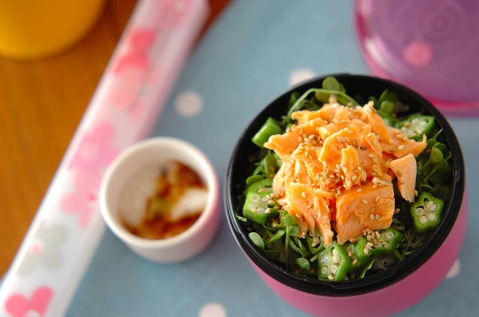 夕飯などで残った「塩鮭」は次の日のお弁当にも大活躍。どんぶりモノとしてまるべんにつめてみましょう。ゆかりとひじきを合わせたご飯でさっぱりと食べられます。