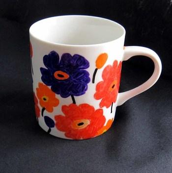 アイデア次第で、こんなに素敵な花柄マグカップが作れちゃいます。お気に入りの柄を見つけたら、真似して描いてみてもいいかも。