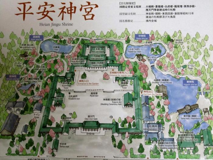 平安神宮「神苑」の面積は、約1万坪(平安神宮全体では、2万坪)。花菖蒲や睡蓮の季節は、緑も深く、輝く頃。ゆったり周って、京都を代表する名園を存分に楽しみましょう。