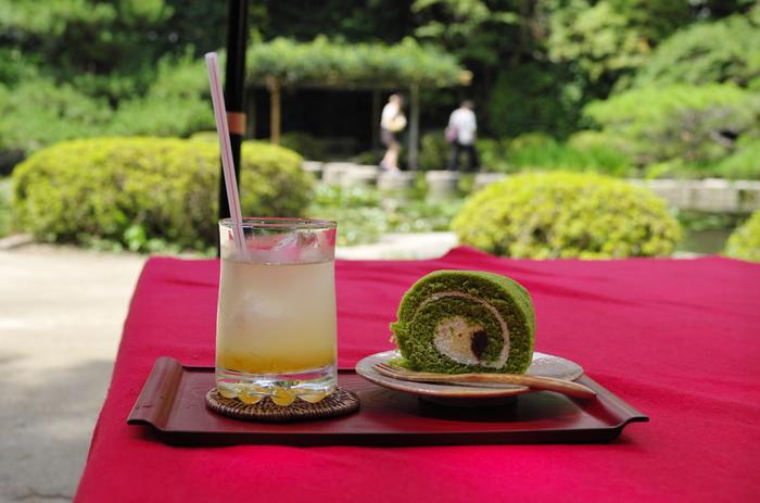中神苑には、名勝を楽しみながら休憩できる「東屋(あずまや)」があります。メニューは、珈琲や抹茶等のドリンク、あんみつやぜんざいなど甘味です。【画像は、人気の「抹茶ロールケーキ」と、夏に美味しい「冷やしあめ」のセット。】
