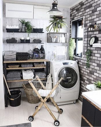 洗濯機周りは、スペースが狭かったり使い勝手を優先して、憧れの空間には程遠いという方も多いのでは?でも諦める必要はありません。生活感を上手に隠しながら、使いやすい素敵な場所に変えるアイディアはいろいろありますよ。