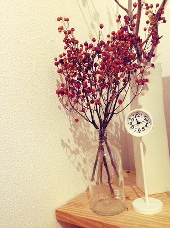 透明な小瓶にざっくりと挿して。白い壁に実の赤が映えてとても素敵です。