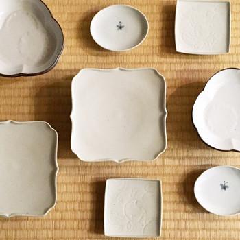 真っ白な器に形や彫りや染付など、それぞれデザインが違う器。シンプルなだけにそれぞれの個性が引き立ちます。