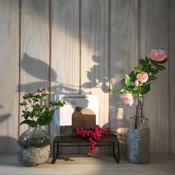 お気に入りの空間に飾って。ヒペリカム・ペッパーベリー・椿がバランスよく配置されています。