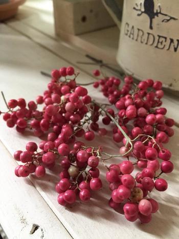 丸い小さな実がこぼれんばかりについたペッパーベリーは、ナチュラルテイストのインテリアとして大人気の花材です。