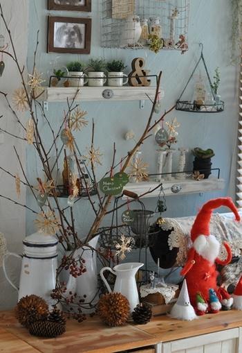 こちらはお庭で剪定した枝とユーカリの葉をつかって作ったクリスマスツリー♪藁でできたオーナメントや赤い実がついたヒイラギの枝をプラスするとクリスマス感が増します。