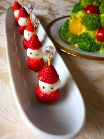 【苺とモッツァレラのサンタクロース】 苺の甘みとモッツァレラの塩気が合うオードブル。先がとがっている苺を使うと、よりサンタさんの帽子らしく見えますよ。
