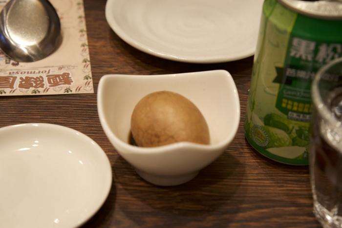 茶葉蛋(ツァーイェーダン)という茶葉を使ったゆでたまごもあります。美味しい麺線と一緒に味わって欲しい一品です!