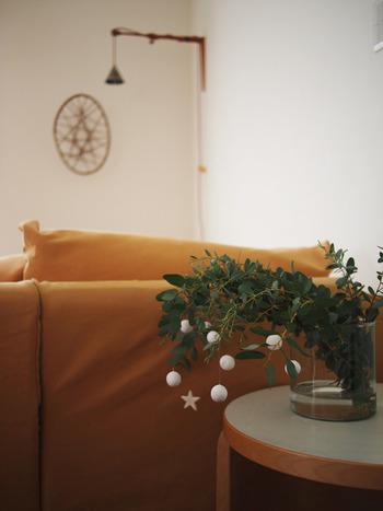 紙粘土だけでも十分オーナメントとして使えます。こんな風にユーカリにいくつか引っ掛けるだけでもクリスマスっぽい雰囲気になるから不思議。