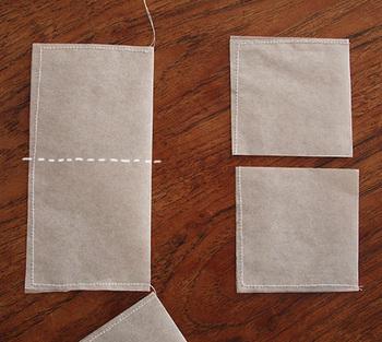 オーブンペーパーを何枚か重ねて、折り紙で型を取りカットしたら、ミシンでざっと縫うだけです。