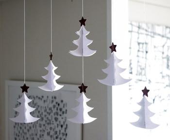 カッティングシートをつかって作った白いクリスマスモビール。紙、糸、針金だけでつくれるので、ぜひ一度試してみては?