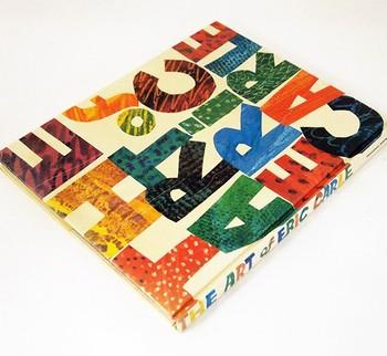 文字だけ、なんですけど……なんだかこの色合い、どこかで見たことがあるような気がしませんか?いいえ、きっと見ているはずです。そう『はらぺこあおむし』という絵本で。これは、その作者エリック・カールの作品集です。文字だけなのに、ワクワクと心が弾む、素敵過ぎる表紙です!
