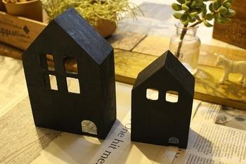 こちらは市販の木製ミニハウスをアレンジしてつくったディスプレイライト。おとぎ話の世界が現れたようでロマンチック。