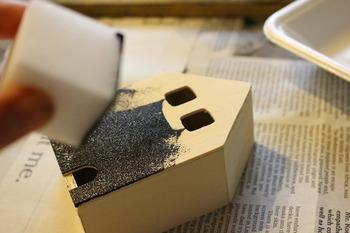 スポンジをつかって黒板塗料を塗ります。完全に乾いたら軽くやすりをかけて、こげ茶の絵の具をスポンジでポンポン。ちょっとだけ古ぼけた雰囲気を演出します。