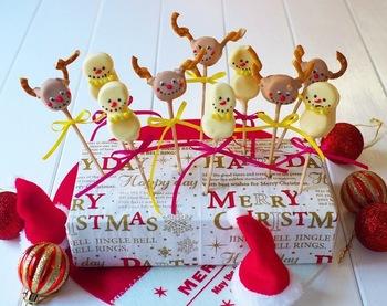 【トナカイと雪だるまのマシュマロチョコ】 マシュマロを串にさしてチョコでコーティングし、プレッツェルとチョコペンででデコレーションするだけ。たくさんのお子さんを招いて開くホームパーティで大活躍してくれそう。