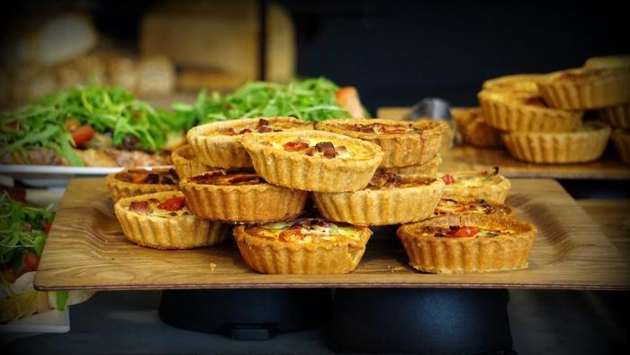 パイといえばアップルパイやチョコパイなどのスイーツをイメージしますが、具材を変えるだけでメインディッシュやおかずパイにもなるんです。野菜が苦手な方もしっかりと味つけしたパイの具材にすることで、ペロッと食べれちゃいます。特にほうれん草やかぼちゃなど色あざやかな野菜はベージュのサクサク生地とすごーく相性バッチリ♡ 見た目にも楽しくて味も最高となれば沢山食べれちゃいますよね♪