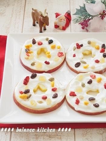 【りんごと水切りヨーグルトのクリスマスリース】 りんごに水切りヨーグルトを塗ってドライフルーツを散らせます。砂糖を加えずに作れるデザートですが、お子さんには好みで甘みを加えてみてください。