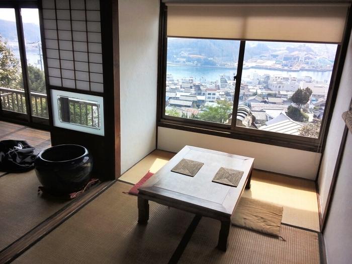 【画像は、尾道の人気古民家カフェ「空猫カフェ」。窓からは尾道水道が一望。】